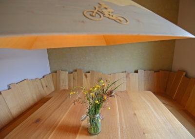 Esstisch mit Lampe